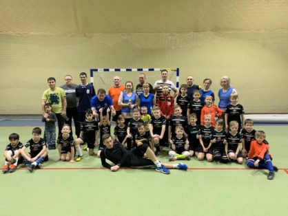 7 марта в спортивном зале МАУ ФОК «Олимп» состоялась необычная тренировка по мини-футболу, товарищеская встреча между воспитанниками команды «Старт» 2010-2011 г.р. и их родителями.