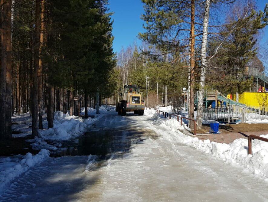 """На лыжероллерной трассе ФОК """"Олимп"""" приступили к уборке снега и льда."""